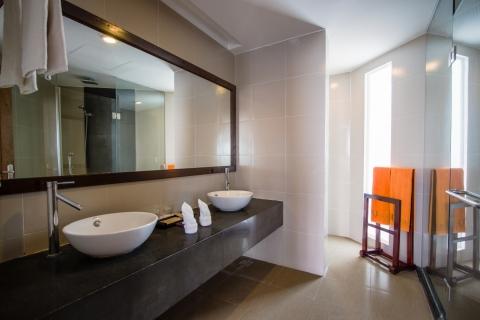 oceanviewdeluxe-bathroom-hdr